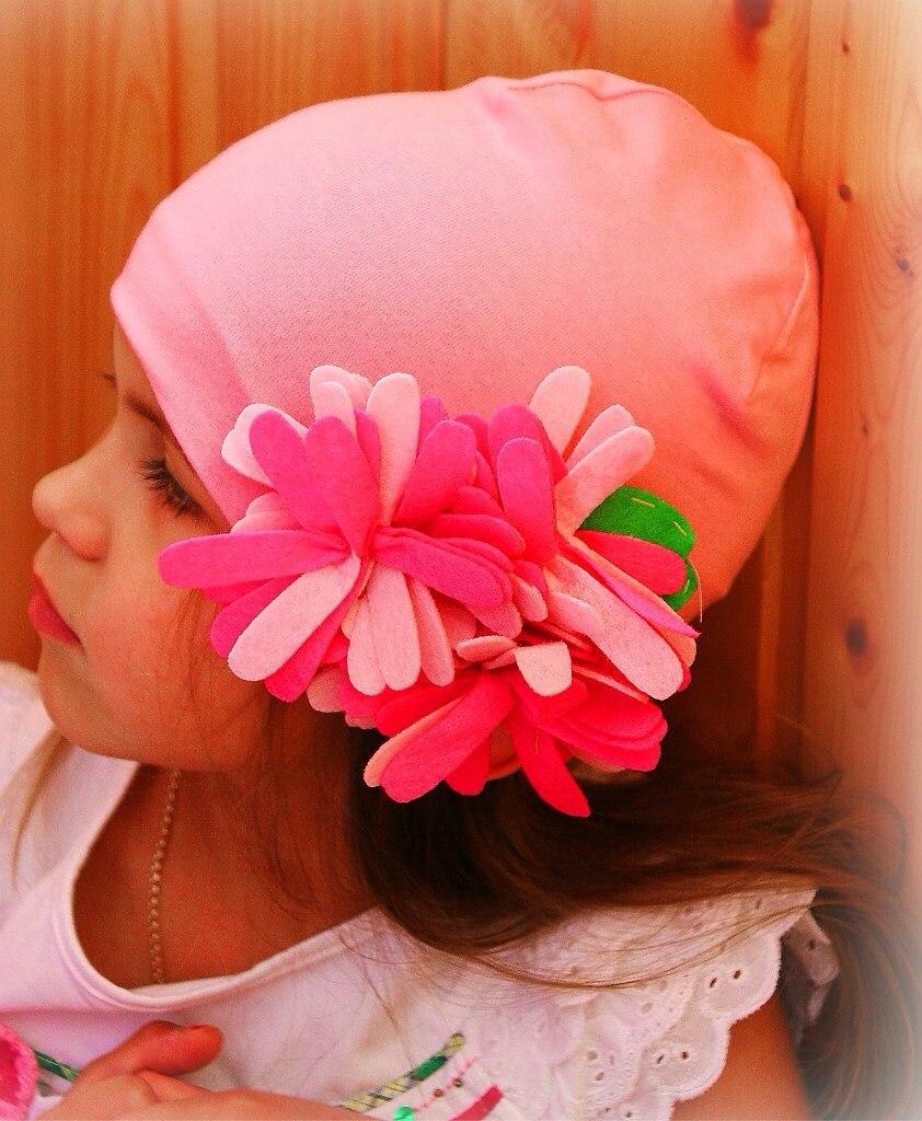 Фото 1: Яркие шапки украшены декоративными розами