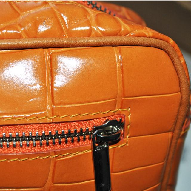 Оригинальная сумка небольшого размера. Выполнено из лаковой текстурной кожи. Ремешок - цепочка на плечо, застежка-молния, серебреная фурнитура. Фото 3