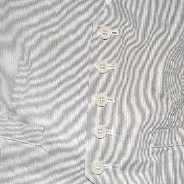 Фото 3: Светлая жилетка Bikkemberg для маленких модниц