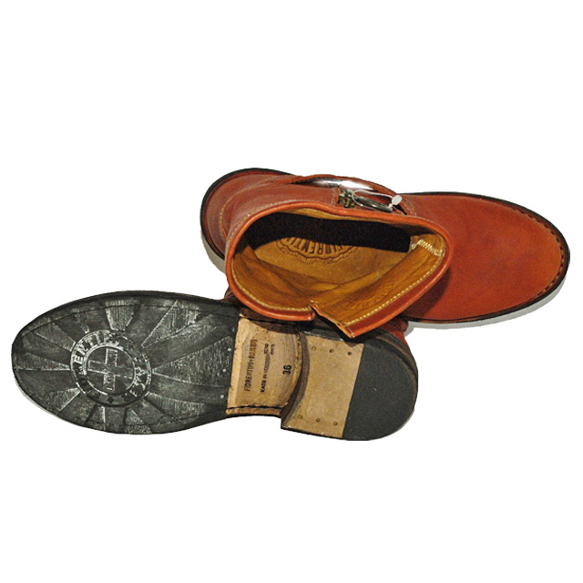 Сапоги с скруглённым носком, вставки из металла, логотип, ремешок, подошва из кожи и резины. Картинка: 3
