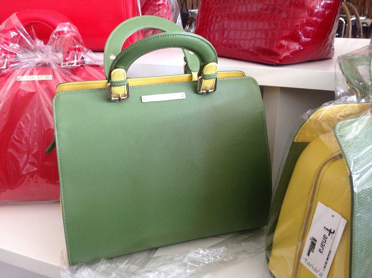 Сумка выполнена из красивой текстурной кожи в комбинации двух цветов. Современная интерпретация классической женской сумки. Фото 6