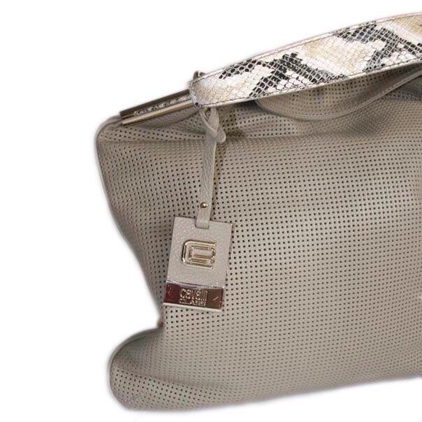 Женская сумка выполнена из высококачественной перфорированной кожи. Удобная вместительная модель, представлена в 2-х цветах бирюзовый, светло-кофейный. Фото 2