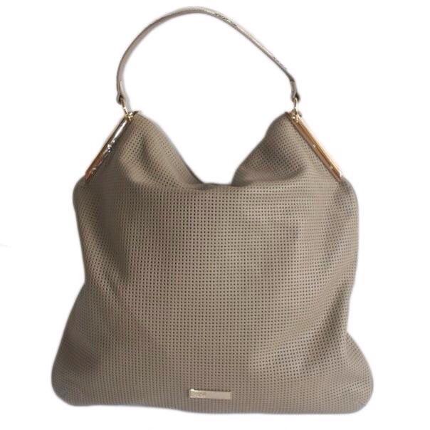 Женская сумка выполнена из высококачественной перфорированной кожи. Удобная вместительная модель, представлена в 2-х цветах бирюзовый, светло-кофейный. Фото 3