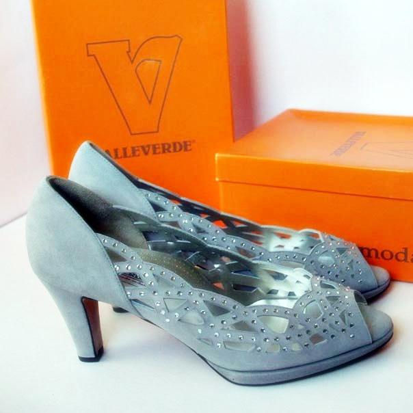 Нарядные туфли украшены россыпью камней. Италия. Картинка: 1