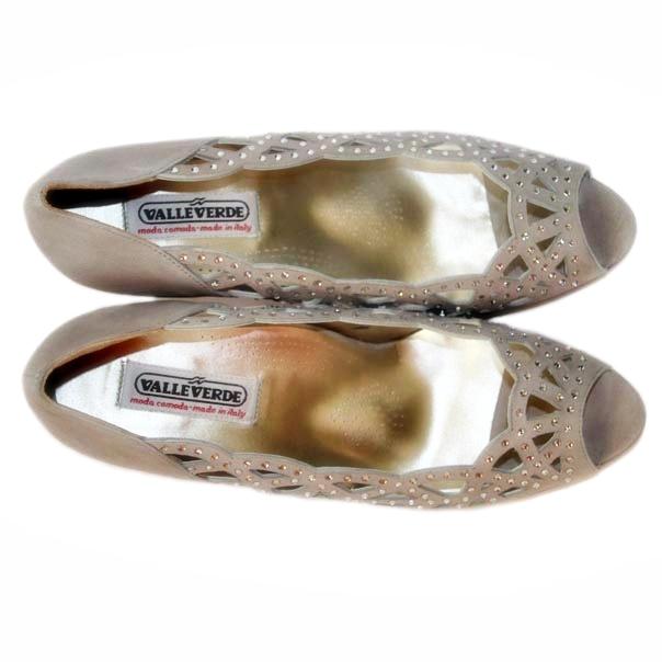 Нарядные туфли украшены россыпью камней. Италия. Картинка: 5