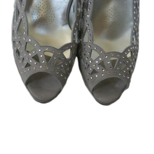 Нарядные туфли украшены россыпью камней. Италия. Картинка: 7
