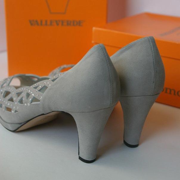 Нарядные туфли украшены россыпью камней. Италия. Картинка: 3