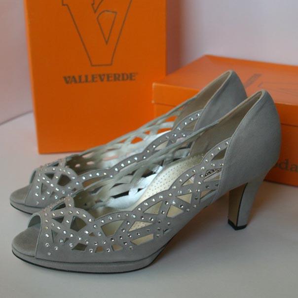Нарядные туфли украшены россыпью камней. Италия. Картинка: 4