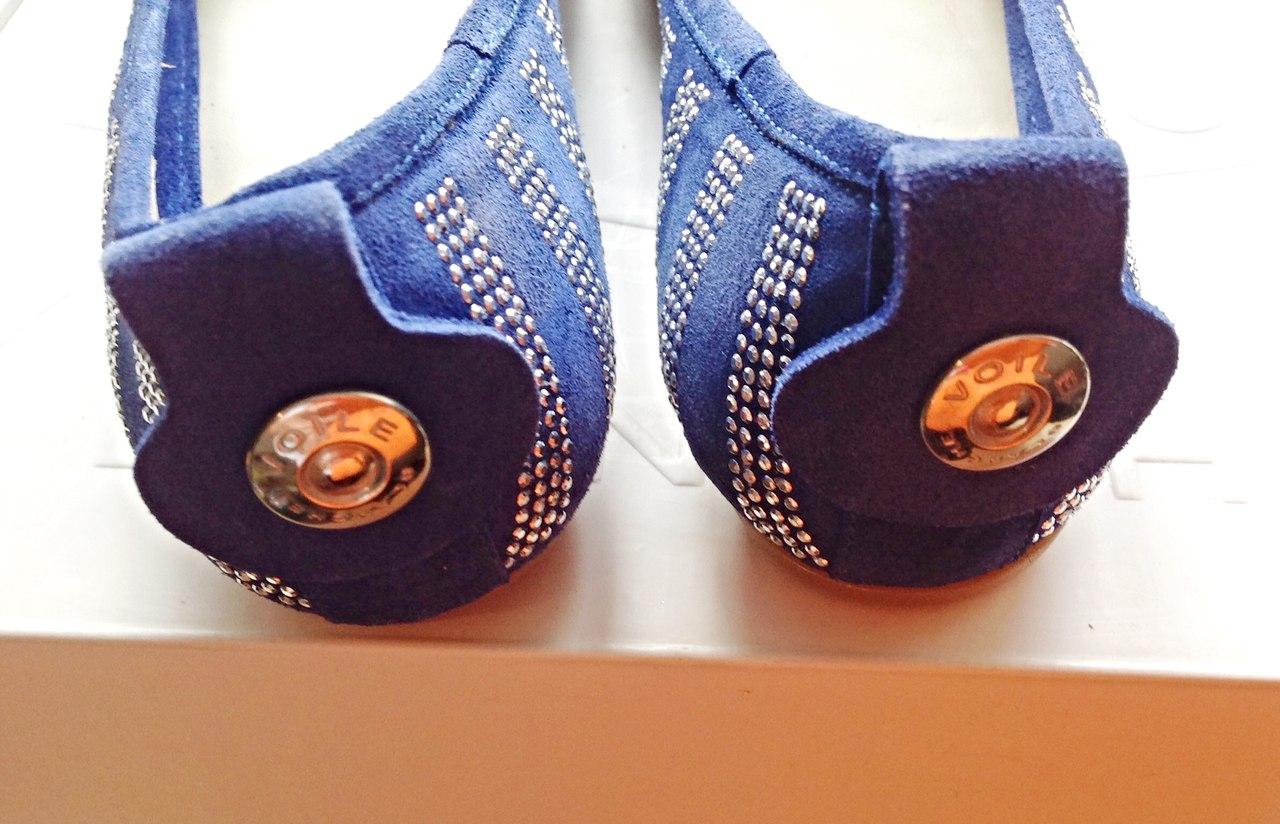 Замшевые балетки скругленный носок. Украшены стразы, логотип, бант, подошва с резиновыми накладками. Фотография: 9
