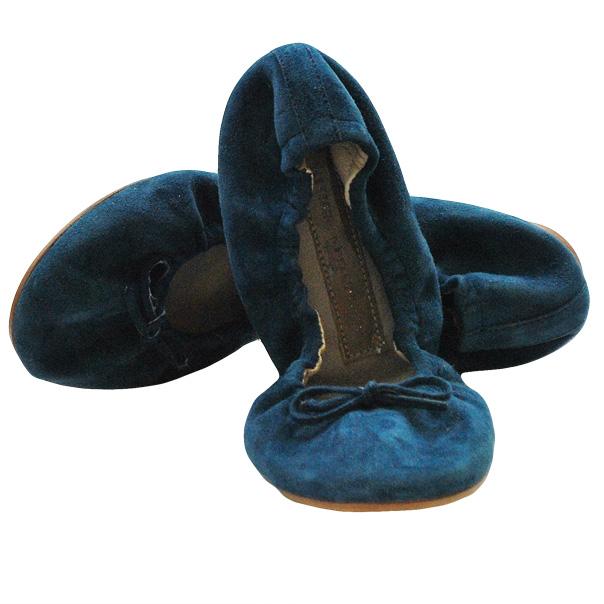 Балетки насыщенно голубого цвета из замши высокого качества. Украшены бантиками из кожи. Картинка: 1