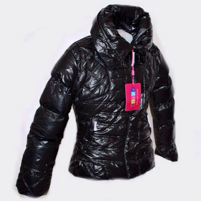 Фото 3: Короткая куртка Ativo черного цвета лакированная
