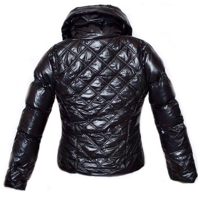 Фото 4: Короткая куртка Ativo черного цвета лакированная