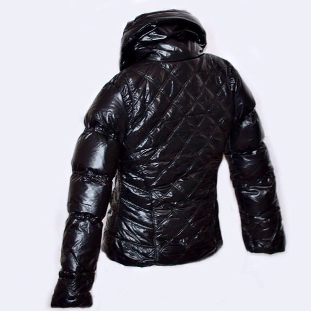 Фото 5: Короткая куртка Ativo черного цвета лакированная
