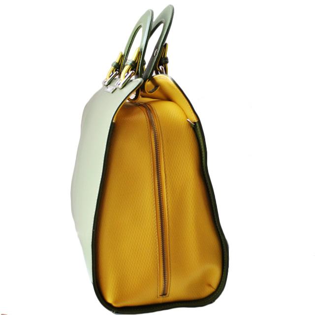 Сумка выполнена из красивой текстурной кожи в комбинации двух цветов. Современная интерпретация классической женской сумки. Фото 3
