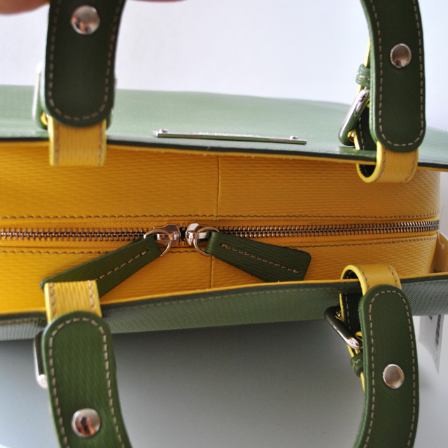 Сумка выполнена из красивой текстурной кожи в комбинации двух цветов. Современная интерпретация классической женской сумки. Фото 4