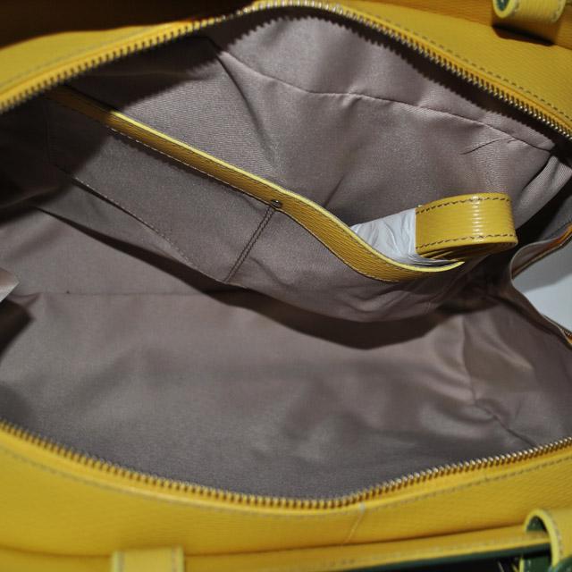 Сумка выполнена из красивой текстурной кожи в комбинации двух цветов. Современная интерпретация классической женской сумки. Фото 5
