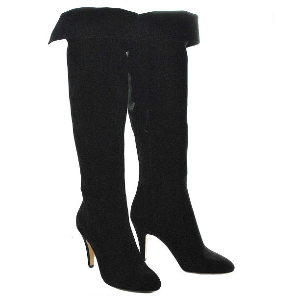 Замшевые сапоги, одноцветное изделие, скругленный носок, без аппликаций, внутренняя молния, обтянутый каблук-стилет. Картинка: 2