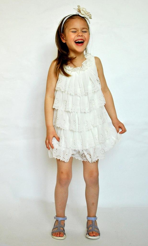 Фото 1: Белоснежное праздничное платье для девочек