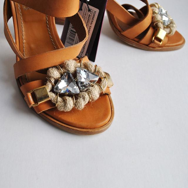 Одноцветные босоножки с боковой пряжкой, скругленный носок, стразы, контрастные аппликации, деревянный каблук. Картинки: 2