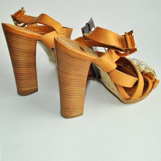Одноцветные босоножки с боковой пряжкой, скругленный носок, стразы, контрастные аппликации, деревянный каблук. Картинки: 3