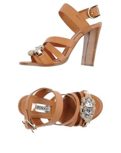 Одноцветные босоножки с боковой пряжкой, скругленный носок, стразы, контрастные аппликации, деревянный каблук. Картинки: 4