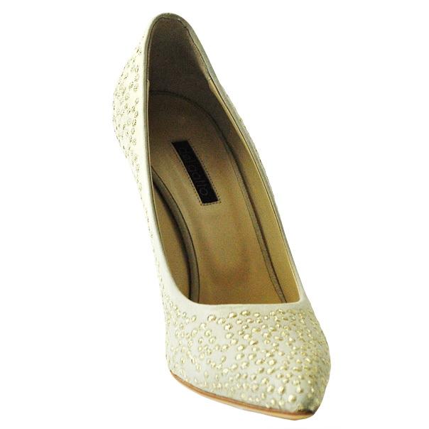 Замшевые одноцветные туфли с узким носком, аппликации металлизированными нитями, кожаная подошва, обтянутый каблук-стилет. Картинка: 2