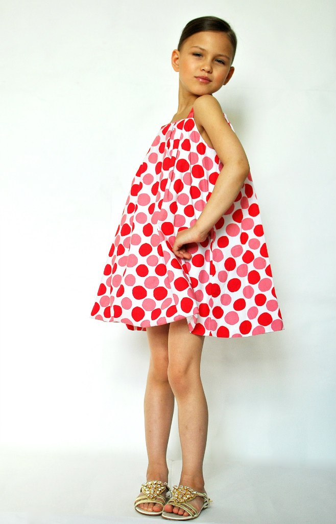 Фото 2: Красный в кружочек сарафан для девоче