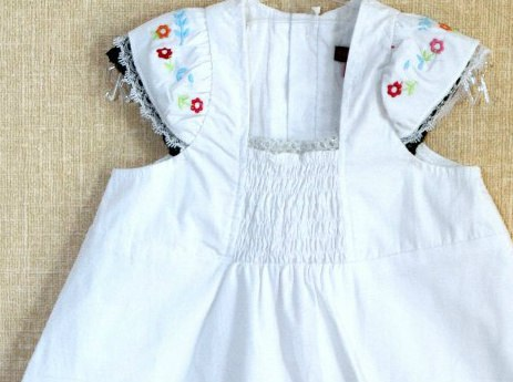 Фото 4: Белое детское платье снизу цветочек