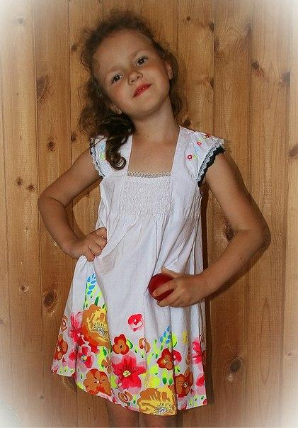Фото 5: Белое детское платье снизу цветочек