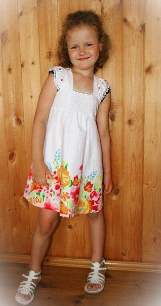 Фото 6: Белое детское платье снизу цветочек
