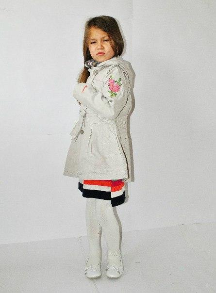 Фото 3: Бежевый плащ CATIMINI с вышивкой на рукаве и подоле