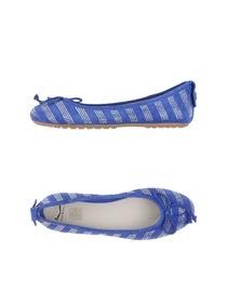 Замшевые балетки скругленный носок. Украшены стразы, логотип, бант, подошва с резиновыми накладками. Фотография: 5