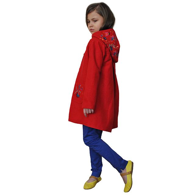 Шерстяное пальто с глубоким капюшоном, застегивается на кнопки, накладные карманы, пуговицы карманы и капюшон расшиты яркими цветами. Фото: 11
