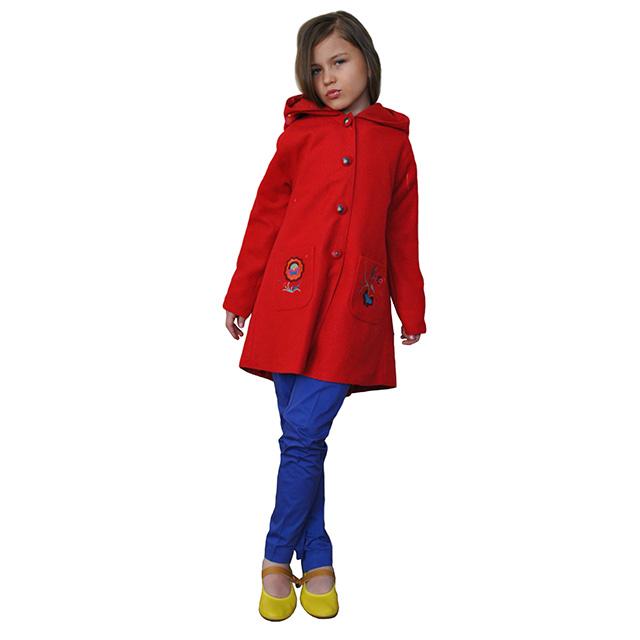 Шерстяное пальто с глубоким капюшоном, застегивается на кнопки, накладные карманы, пуговицы карманы и капюшон расшиты яркими цветами. Фото: 12