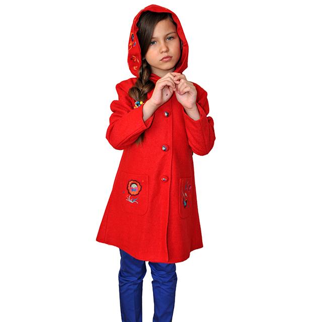 Шерстяное пальто с глубоким капюшоном, застегивается на кнопки, накладные карманы, пуговицы карманы и капюшон расшиты яркими цветами. Фото: 13