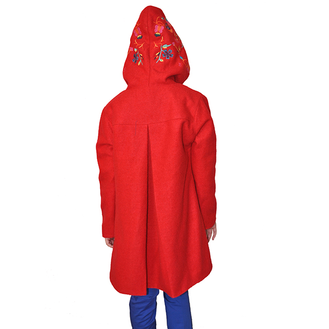 Шерстяное пальто с глубоким капюшоном, застегивается на кнопки, накладные карманы, пуговицы карманы и капюшон расшиты яркими цветами. Фото: 14