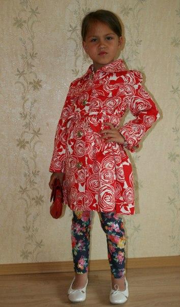 Фото 2: Красный плащ с узором DIOR