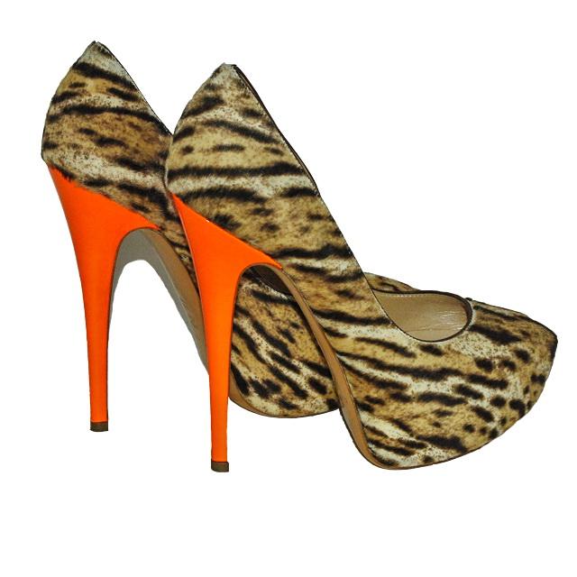 Стильные туфли на платформе, отделанные мехом пони. Высота каблука: 15 cм; платформа 3,5 cм. Картинка: 1