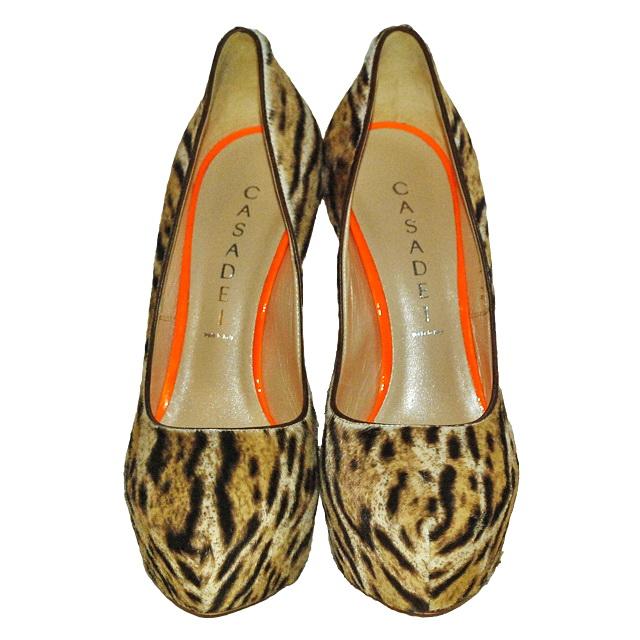 Стильные туфли на платформе, отделанные мехом пони. Высота каблука: 15 cм; платформа 3,5 cм. Картинка: 3