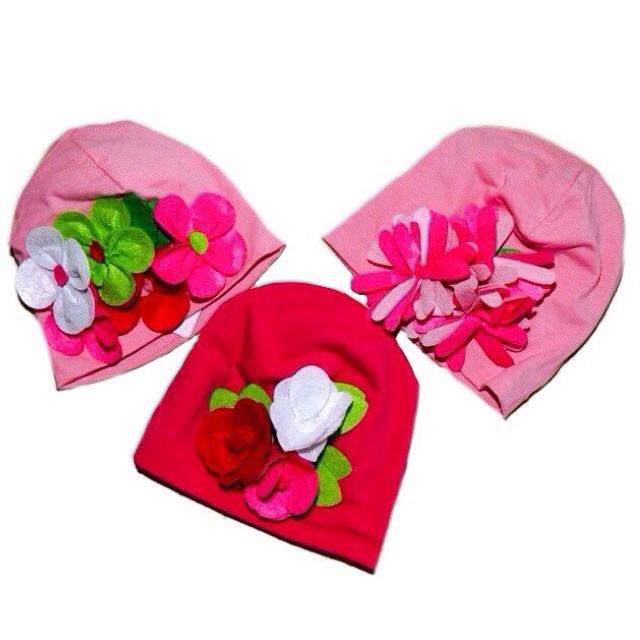 Фото 2: Яркие шапки украшены декоративными розами