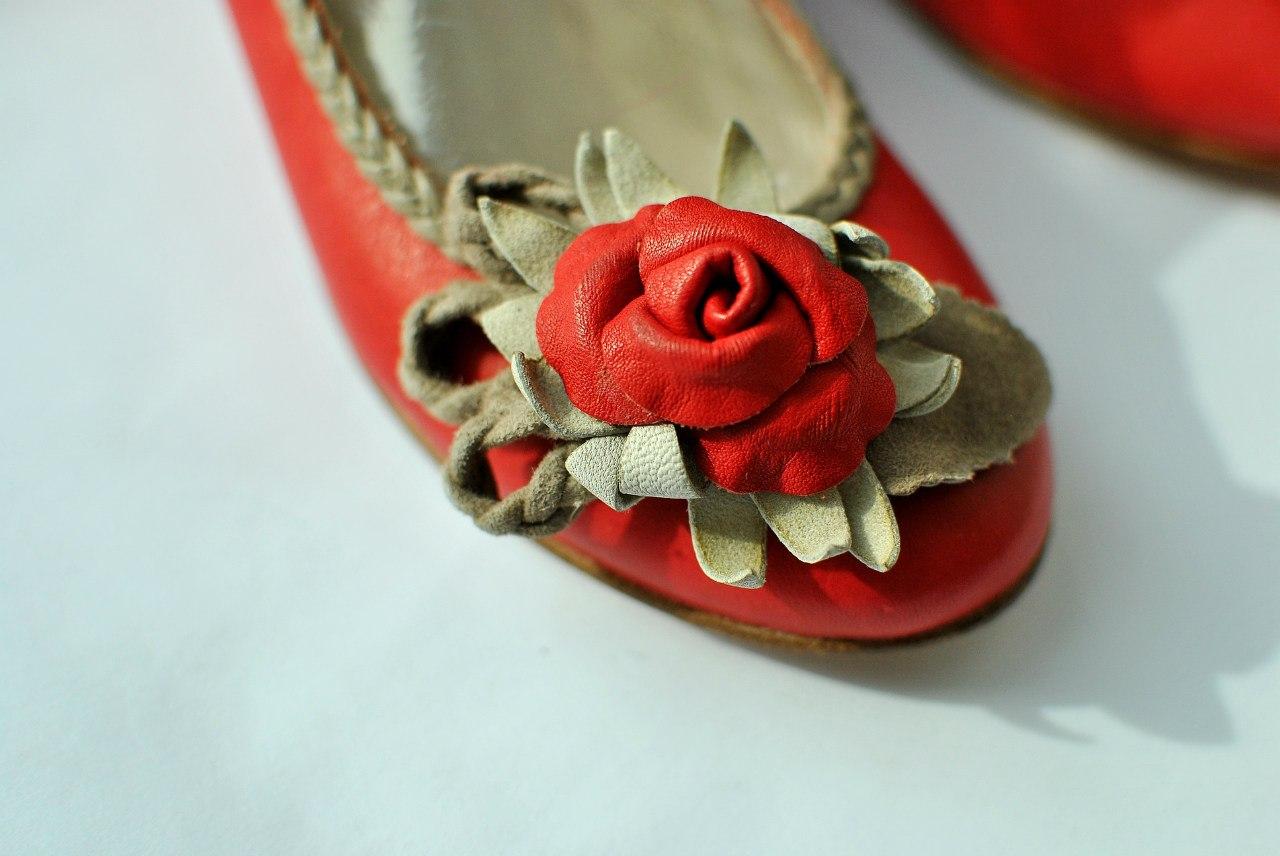 Фото 3: Красные туфли для девочек Tiffani украшены цветком