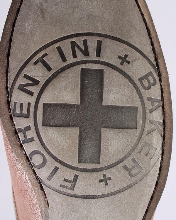 Сапоги с скруглённым носком, вставки из металла, логотип, ремешок, подошва из кожи и резины. Картинка: 4