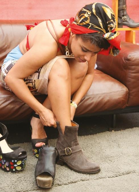 Сапоги с скруглённым носком, вставки из металла, логотип, ремешок, подошва из кожи и резины. Картинка: 5