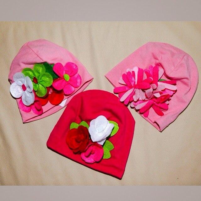 Фото 3: Яркие шапки украшены декоративными розами