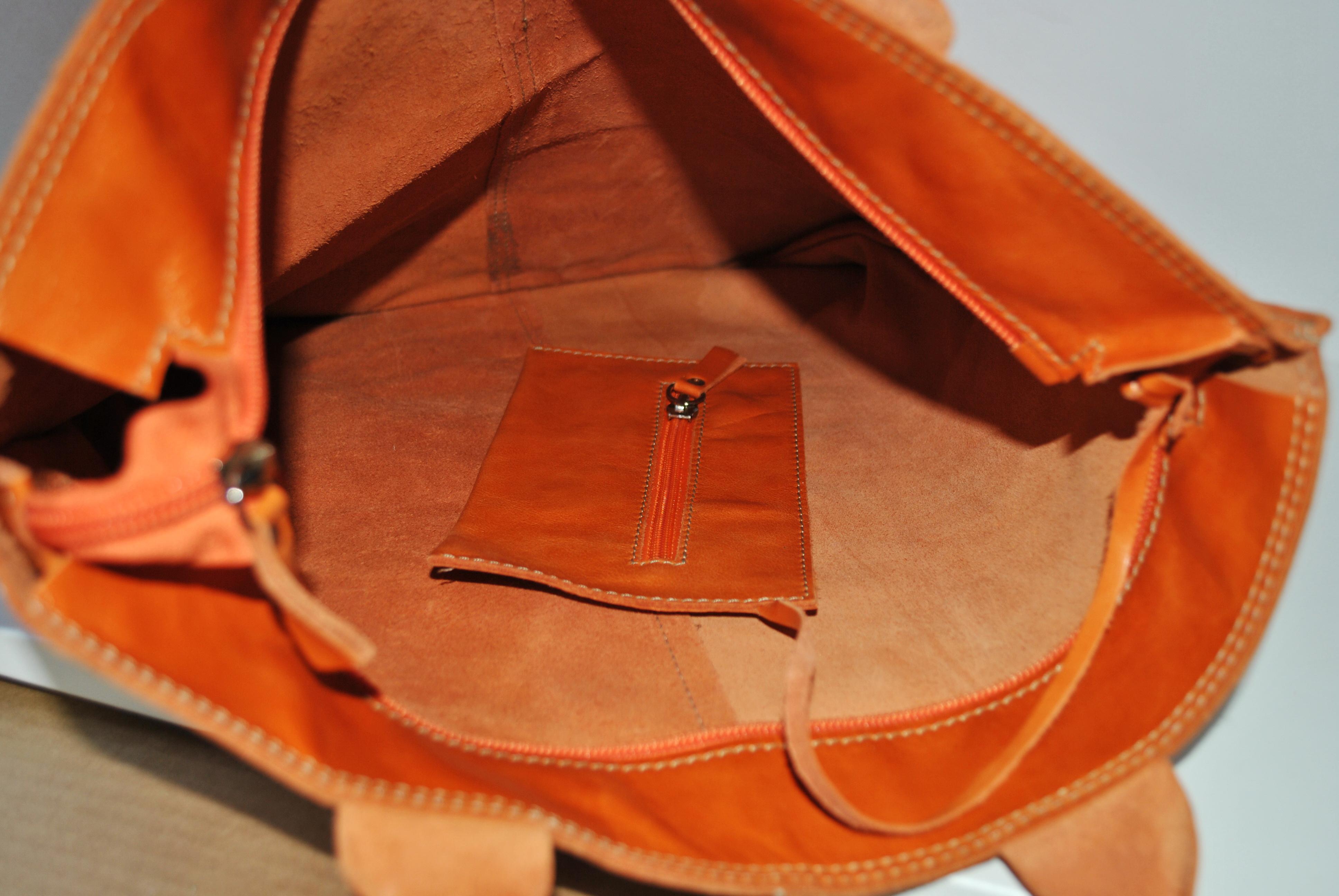 Классическая сумка коричневого цвета. Дополнена кожаным кошельком на молнии. Фото 2