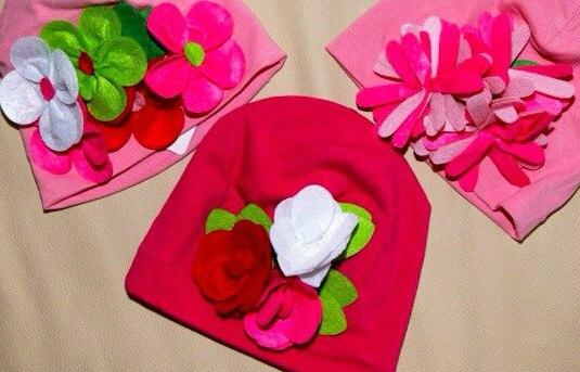 Фото 4: Яркие шапки украшены декоративными розами