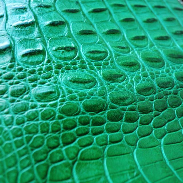 Выполнена из красивой текстурной кожи крокодила. Две ручки, застежка-молния, бронзовая фурнитура. Сделано в Италии. Фото 3