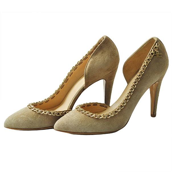Одноцветные замшевые туфли с узким носком, отделка строчками, логотип, аппликации из металла, кожаная подошва, обтянутый каблук-стилет. Картинка: 2