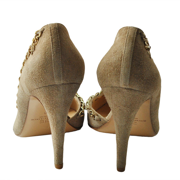 Одноцветные замшевые туфли с узким носком, отделка строчками, логотип, аппликации из металла, кожаная подошва, обтянутый каблук-стилет. Картинка: 3