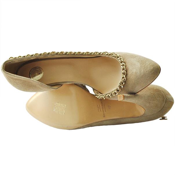 Одноцветные замшевые туфли с узким носком, отделка строчками, логотип, аппликации из металла, кожаная подошва, обтянутый каблук-стилет. Картинка: 4